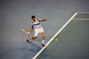 Djokovic sedang beraksi di final & akhirnya memenangkan title Grand Slam ke-2 untuk dia